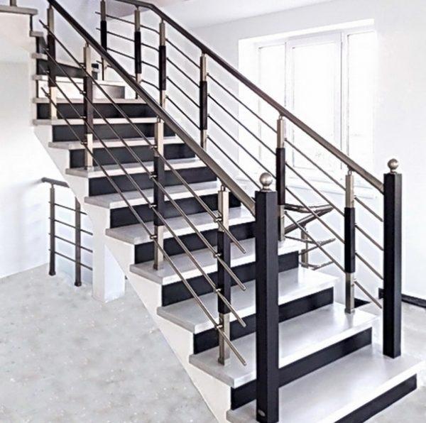 перила на бетонной лестнице