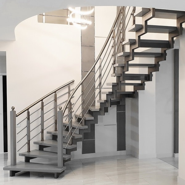 открытая лестница на металлическом косоуре