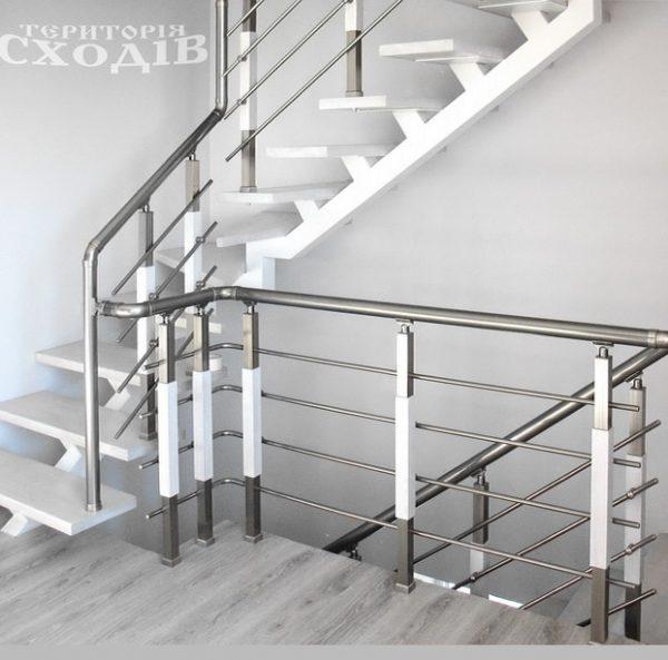 лестница на металлическом каркасе в современном стиле
