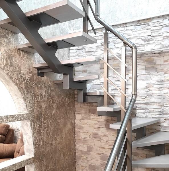 лестница на монокосоуре в интерьере квартиры