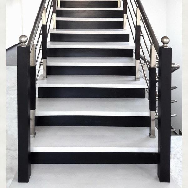 белые ступени и черные подступенки