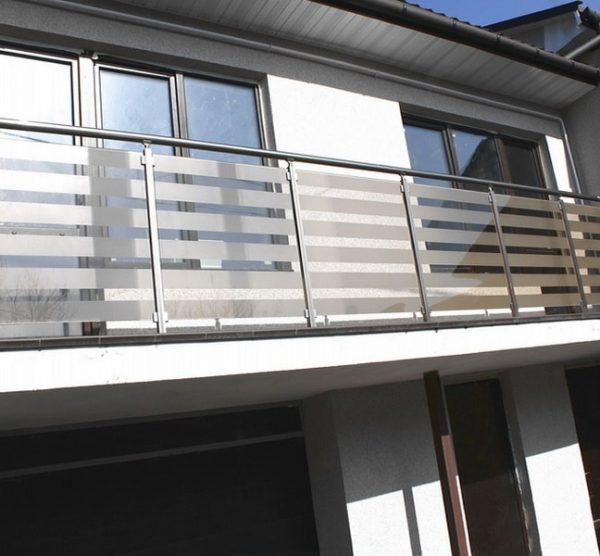 перила со стеклом на балконе частного дома