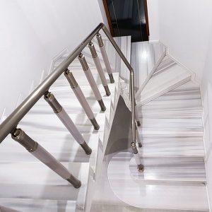перила эмгранд на бетонной лестнице