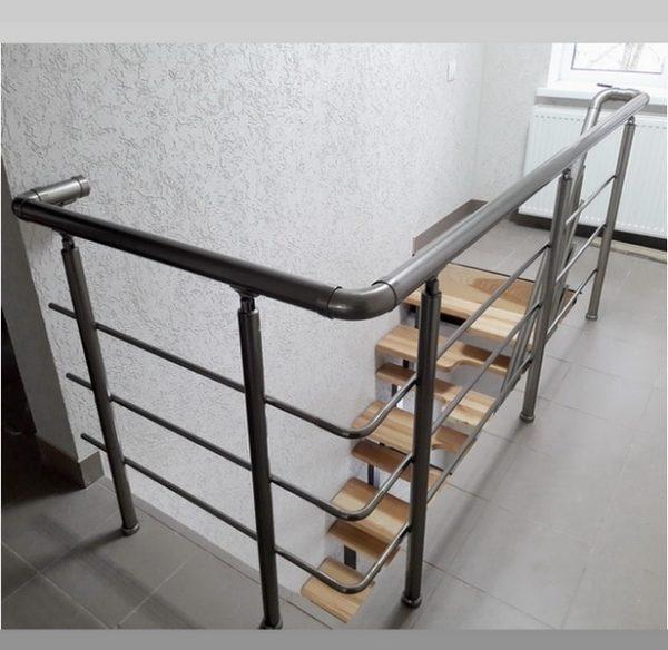 лестница гусиные лапки в офисном помещении