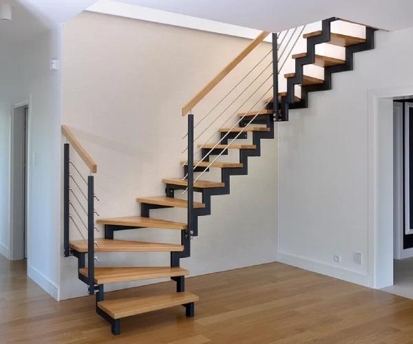лестница на каркасе из металла