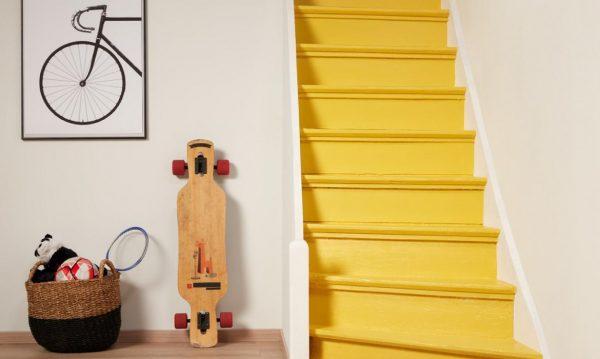 яркая деревянная лестница