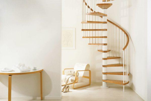 перила з дерева для гвинтових сходів