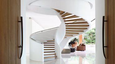 Перила для винтовой лестницы: особенности